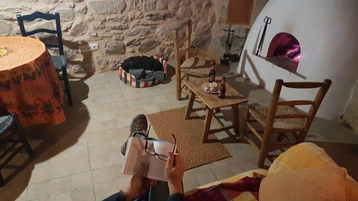 salita de estar con chimenea en casa rural en ribeira sacra
