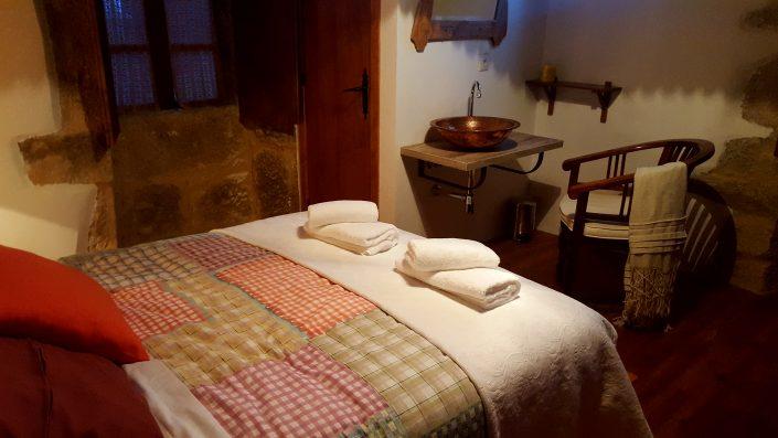 casa rural en corveixe con lavabo dentro del dormitorio