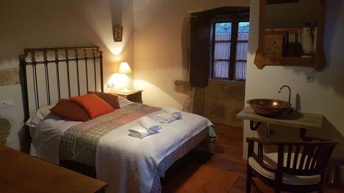 dormitorio ideal para 2 personas en casa rural en corveixe