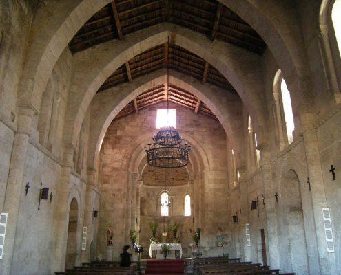 interior de iglesia cerca de casa rural en ribeira sacra