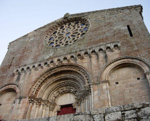 monumental centro de culto cercano a casas rusticas