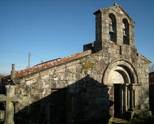 iglesia antigua cercana a vivienda rustica en galicia