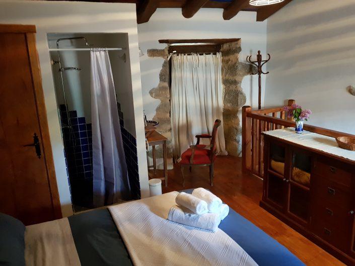 habitacion de casa rural en galicia con ducha propia