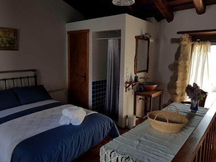 habitacion con baño en vivienda rustica en ribeira sacra