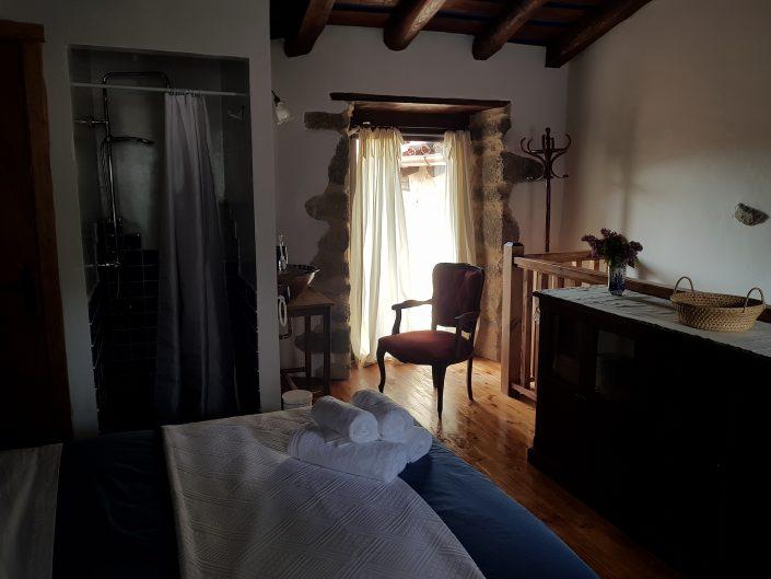 conjunto de accesorios que vienen con habitacion para 2 en casa rural en la ribeira sacra