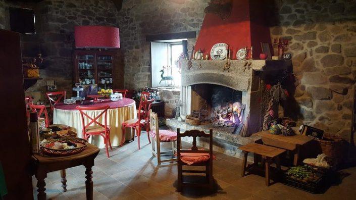 chimenea donde cocinar en vivienda rustica en ribeira sacra