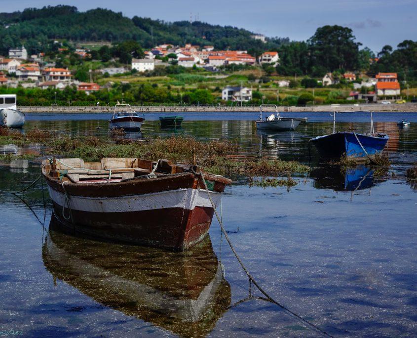 barcas en el rio cercanas a nuestras casas rusticas en galicia