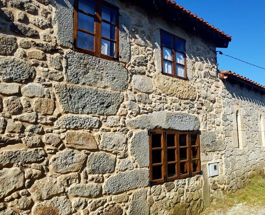 fachada de casa rural en ribeira sacra