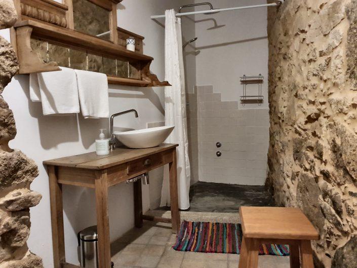 baño con decoracion blanco y piedra en casa rural ribeira sacra