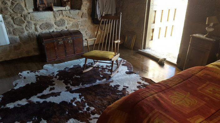 butaca sobre alfombra habitacion en corveixe