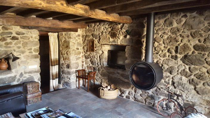 sala de estar con chimenea en galicia
