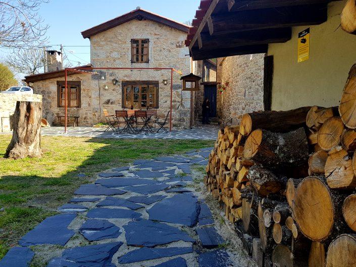 leña para chimenea de casa rural en galicia