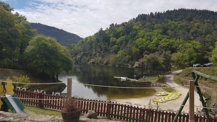 playa fluvial al lado de casa rural en galicia