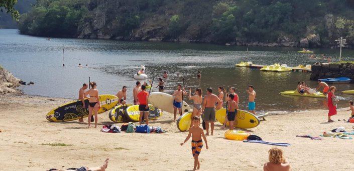 turistas haciendo kayak durante su estancia en casa rural ribeira sacra